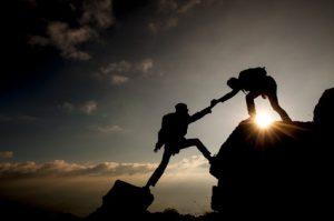 kaya tırmanışında yardım eli uzatmak&yardımlaşmak